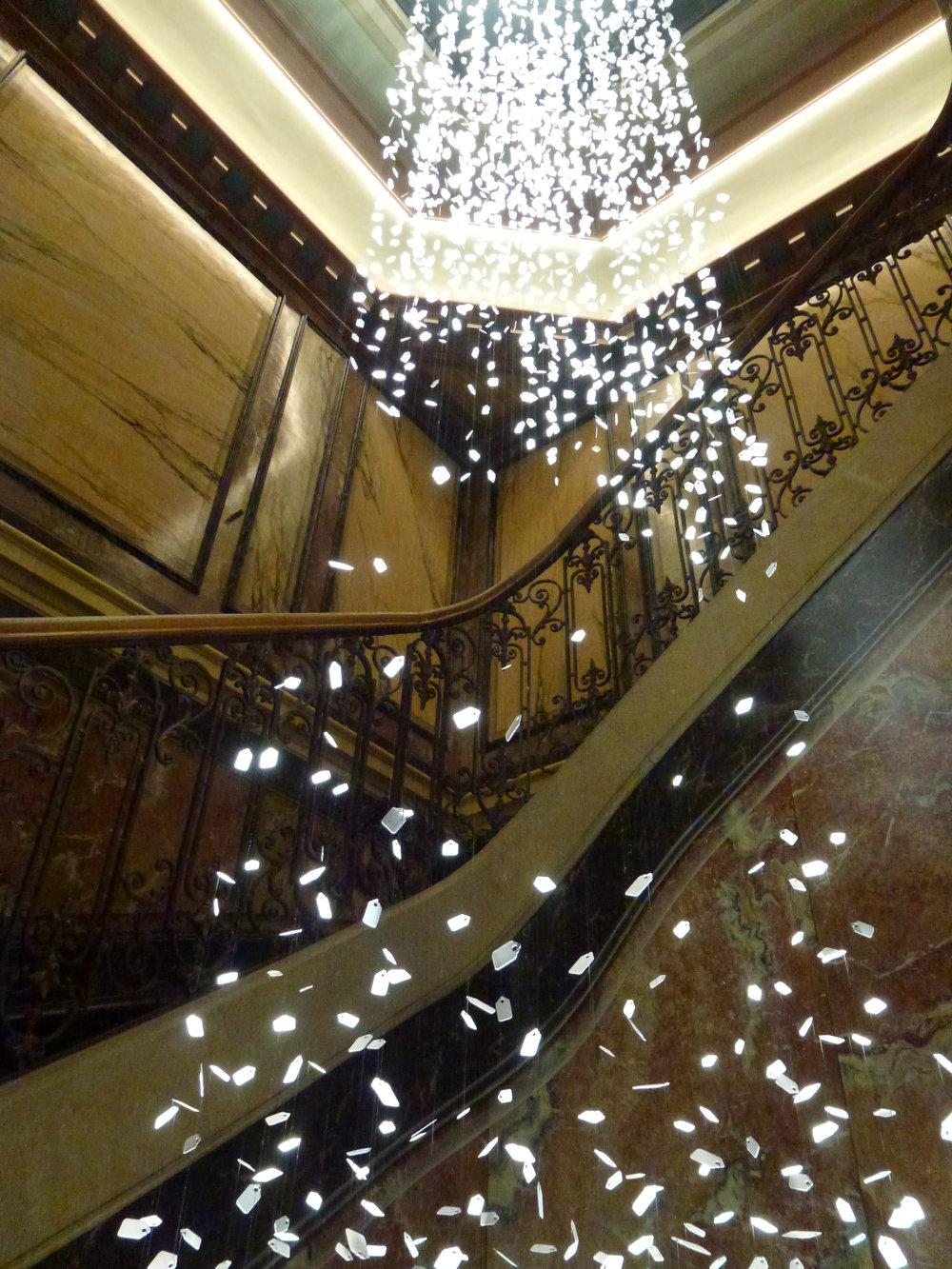 Magnifique cage d'escalier, ornée d'une cascade lumineuse d'étiquettes