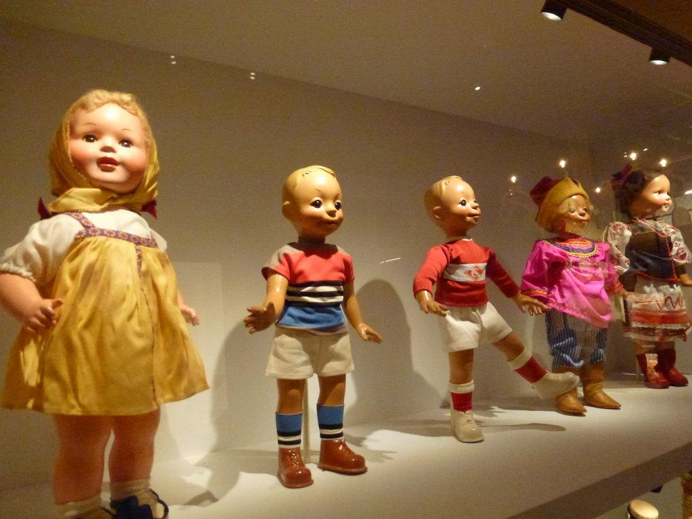 L'espace Ambassades présente les cadeaux officiels, parfois d'un goût... original à l'instar de ces poupées