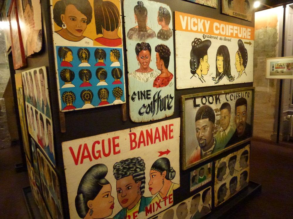 Enseignes de coiffeurs, très originales et humoristiques, dans l'espace Artistes