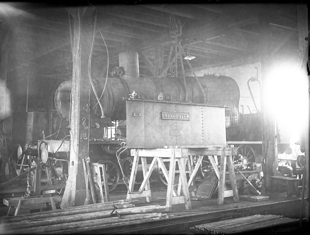 """Locomotive à vapeur """"Neuchâtel"""" en construction aux ateliers de la compagnie du Jura neuchâtelois (image DAV)"""