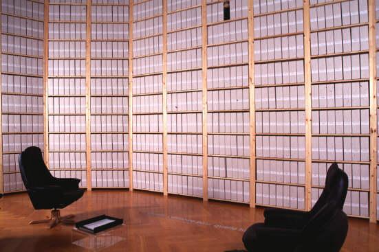 La Salle des archives illustre les difficultés auxquelles sont confrontés les historiens qui se sentent souvent seuls devant la lourde responsabilité de redonner vie au passé selon leur interprétation personnelle