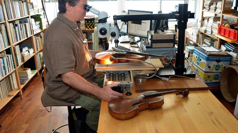 Dans son laboratoire, Patrick Gassmann possède une table spéciale lui permettant d'analyser les cernes des bois avec une précision extrême
