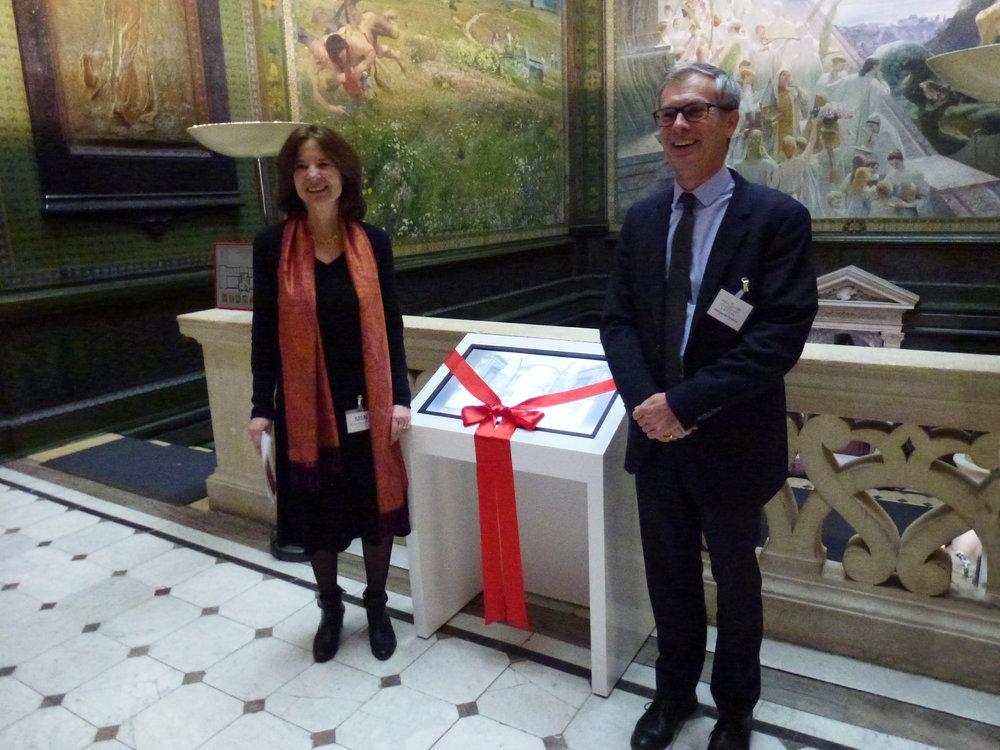 Chantal Lafontant Vallotton, co-directrice du MahN et Philippe Du Pasquier, président d'ARTHIS, devant la borne tactile interactive qu'ARTHIS offre au musée