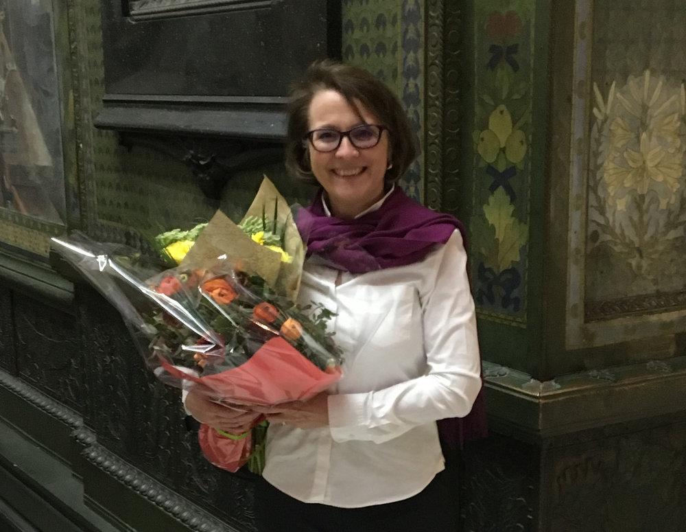 Anne Gueissaz, nouvelle présidente d'ARTHIS, fleurie à l'occasion de son élection