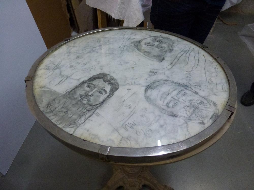 Table de bistrot sur laquelle Ferdinand Hodler avait griffonné ses amis et lui-même, acquise par l'ancien conservateur du MahN Willy Russ Suchard
