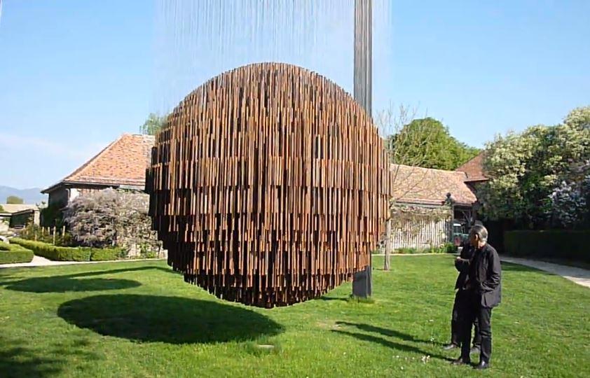 Big Bang  d'Etienne Krähenbühl, une impressionnante oeuvre qui se meut musicalement au gré du vent dans les jardins du Château de Vullierens