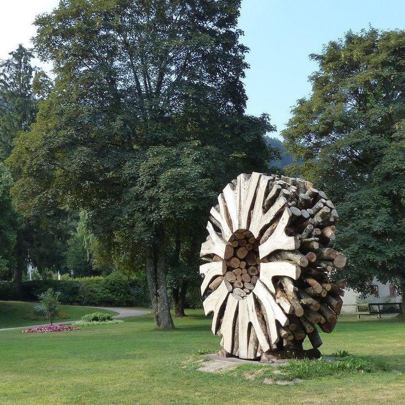 Une magnifique roue en branchages de Urs Twellmann, au détour d'une ballade dans les jardins du Château de Vullierens