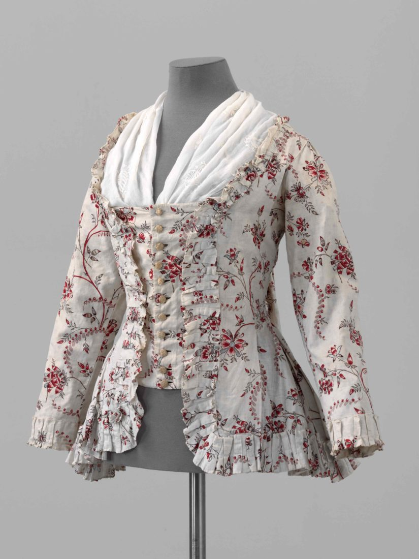 Les indiennes, tissus aux motifs souvent floraux,ont été prisées dans l'habillement et l'ameublement, et ont aussi servi de monnaie d'échange dans le commerce triangulaire et la traite des esclaves. L'exposition aborde tous ces thèmes.