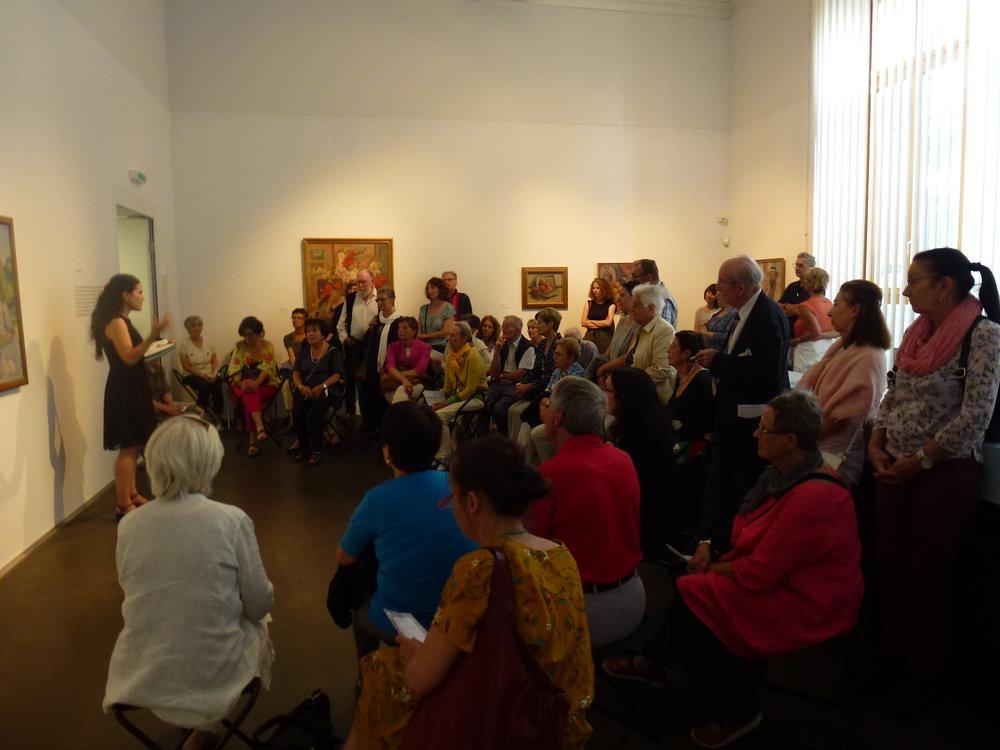 Les membres d'ARTHIS écoutent Pamela Corvalan expliquer les corrélations entre le travail de Louis de Meuron et ceux de Cuno Amiet et Aimé Barraud.
