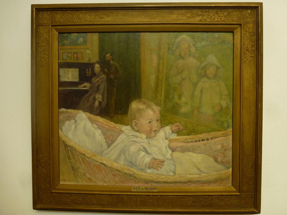 L'enfant , 1904-1905, Tempera sur Eternit. Il s'agit de Solange, le 3ème enfant de Louis de Meuron sur une fraterie de 7. Le peintre représentait très volontiers les membres de sa famille. Dans ce cas précis, outre Solange bébé au premier plan, on reconnait Etienne et Monique (également enfants de Louis de Meuron) dans le tableau du 2ème plan, ainsi que le peintre et son épouse au piano au 3ème plan.