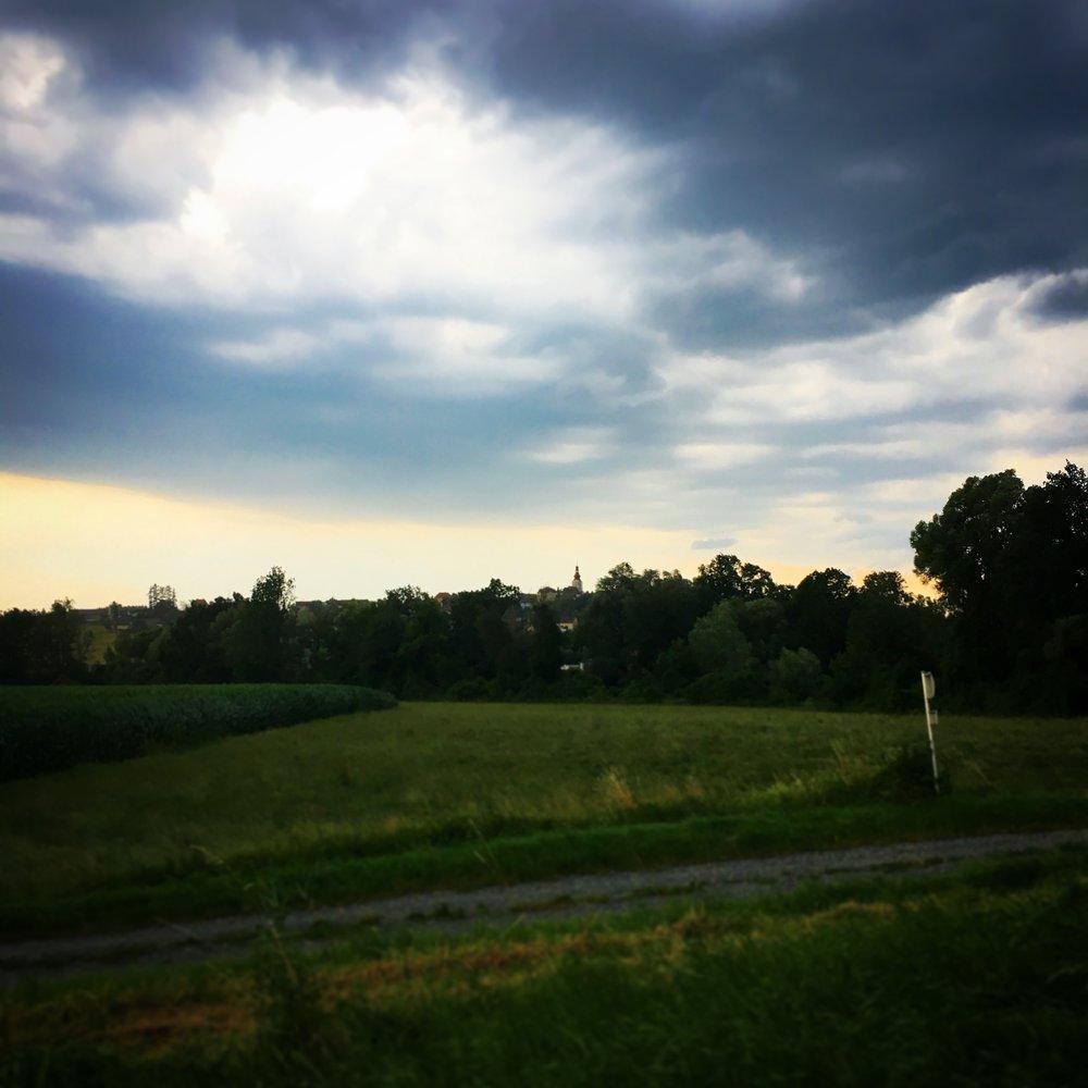 @kirchbergvital  Es wird dunkel über der Kirche... #thestormiscoming #kirchberganderraab #abnachhause ☔️