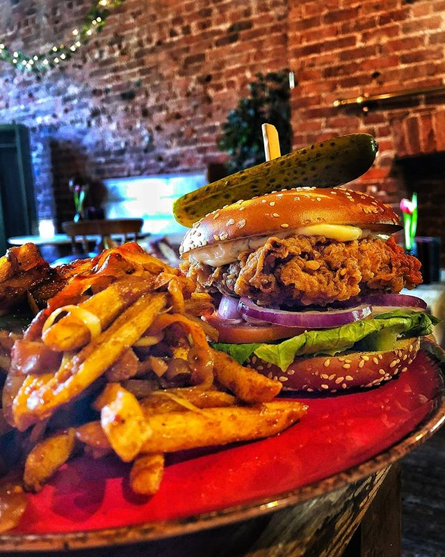 B U T T E R M I L K  C H I C K E N  B U R G E R 😍 & Them tastyyy Salt & Pepper Fries xo  #Chicken #Burger  #Food #Lunch