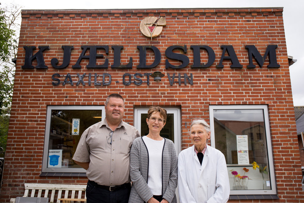 Bo Rasmussen Øster, Gunvor Bruun og Lis Schwarz foran butikken, 2017