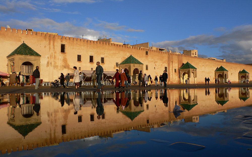 Meknes - Sa médina et les vestiges de son palais ont valu à Meknès d'être classée au patrimoine mondial de l'UNESCO0. Aujourd'hui, protégée par quarante kilomètres de murailles défensives et 15 m de haut, percée de neuf portes monumentales, la ville a conservé d'imposants monuments, dont vingt-cinq mosquées qui lui ont valu le surnom de cite aux