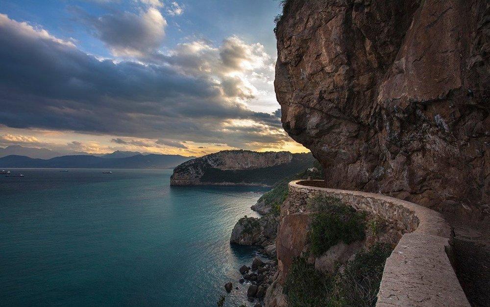 Algeria's wild coast - L'Algérie a la plus longue côte d'Afrique du Nord avec plus de 1300 kms. Ses principales villes - Alger, Annaba, Oran, Skikda et Mostaganem - sont toutes situées sur les rives de la mer Méditerranée, qui forme la frontière nord du pays. En tant que capitale de l'Algérie, Alger est aussi appelée Alger la Blanche ou El Behdja en raison de ses bâtiments blancs scintillant sous le soleil abondant dont jouit ce pays d'Afrique du Nord. Conduire tout au long de la côte est une expérience unique pleine de surprises.