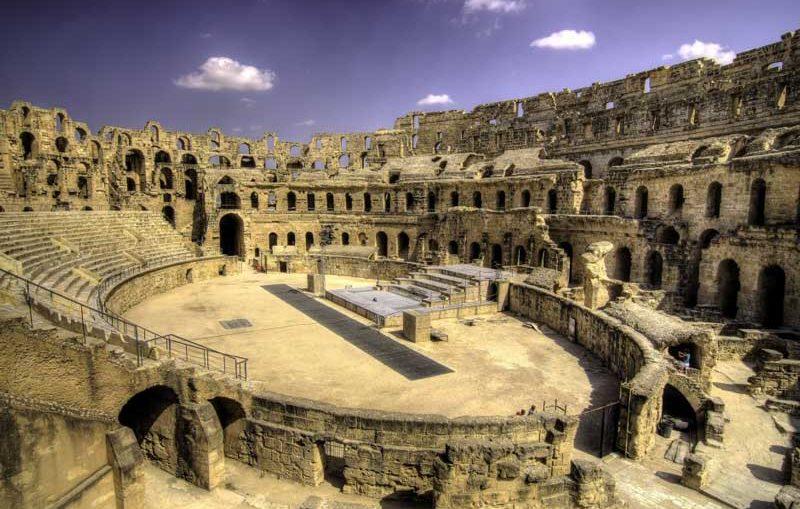 El Jem (Tunisie) - El Jem est populaire pour son amphithéâtre, construit par les Romains au troisième siècle. Il peut acceuillir jusqu'a 35.000 individus, mesure 30m de haut, avec une largeur de bien plus de 100 mètres, presque aussi vaste que le Colisée à Rome. Beaucoup de visiteurs viennent ici pour percevoir ce qu'il ressemblait à être à l'intérieur de ce qui était avant un endroit où les lions et les individus ont rencontré leur destin.ITINERAIRES RECOMMANDSEN SAVOIR PLUS