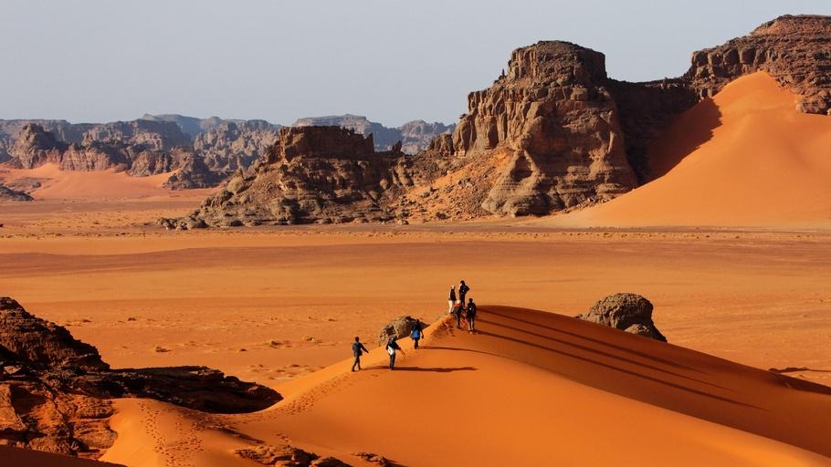 Le superbe désert de l'Algérie - Les plus beaux paysages du Sahara se trouvent - peut-être pas étonnamment - au cœur du désert.L'Algérie a des mers de sable qui possèdent certaines des plus grandes dunes de sable de la planète et le paysage rocheux du sud-est du pays - les chaînes de montagnes Ahaggar et Tassili en particulier - produit certains des paysages les plus étranges du Sahara. L'art rupestre antique de ce dernier en fait un site du patrimoine mondial de l'Unesco.ITINERAIRE RECOMMANDEEN SAVOIR PLUS