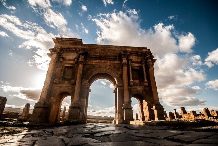 Timgad (Algeria) - Timgad est le Pompéi d'Afrique. C'est une œuvre d'art parfaite représentation de l'organisation d'une ville romaine. En effet, même aujourd'hui, après des centaines d'années, cette ville pionnière des monts Aurès en Algérie symbolise l'exemplification du design en treillis: un élément clé de l'aménagement urbain sous les Romains.ITINERAIRES RECOMMANDSEN SAVOIR PLUS