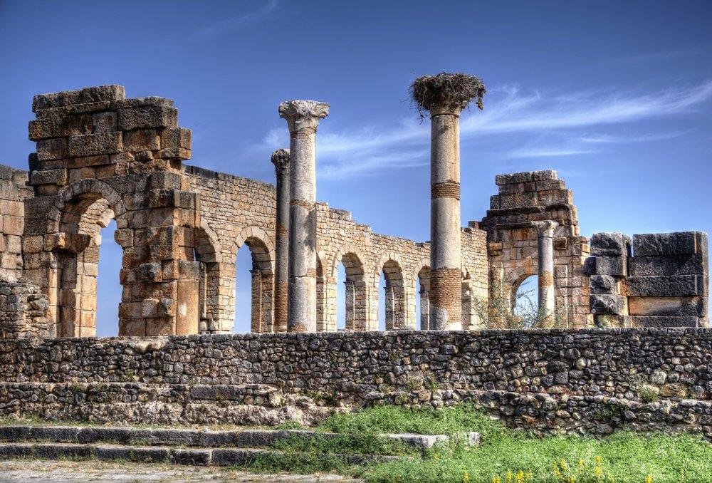 Volubilis (Maroc) - Les ruines romaines de Volubilis se trouvent au milieu d'une plaine fertile à environ 33 km au nord de Meknès et peuvent facilement être combinées avec Moulay Idriss à proximité pour faire une excursion d'une journée fantastique à partir de Meknès. La ville est le site archéologique le mieux préservé du Maroc et a été déclarée site du patrimoine mondial de l'Unesco en 1997. Ses caractéristiques les plus étonnantes sont ses nombreuses mosaïques conservées sur place.ITINERAIRES RECOMMANDSEN SAVOIR PLUS