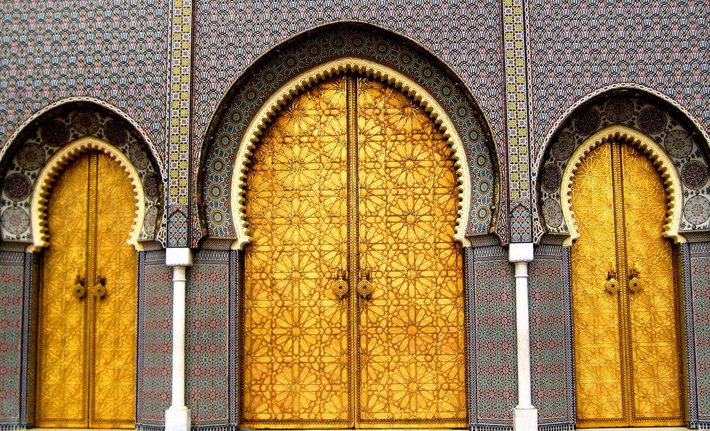 Fes - Fès, l'une des plus belles médina du monde arabe et oriental, est la capitale culturelle du Maroc. Berceaux de la connaissance, ses superbes medersas sont le symbole flamboyant. Cette ville fortifiée, classée au patrimoine mondial de l'UNESCO, vous ramène au Moyen Age. Située à l'intérieur de la médina, l'entrée dans le quartier Bab Bou-Jeloud est faite par sa grande porte de 1913, décorée de carreaux bleus et verts, les couleurs de la ville.ITINERAIRES RECOMMANDESEN SAVOIR PLUS