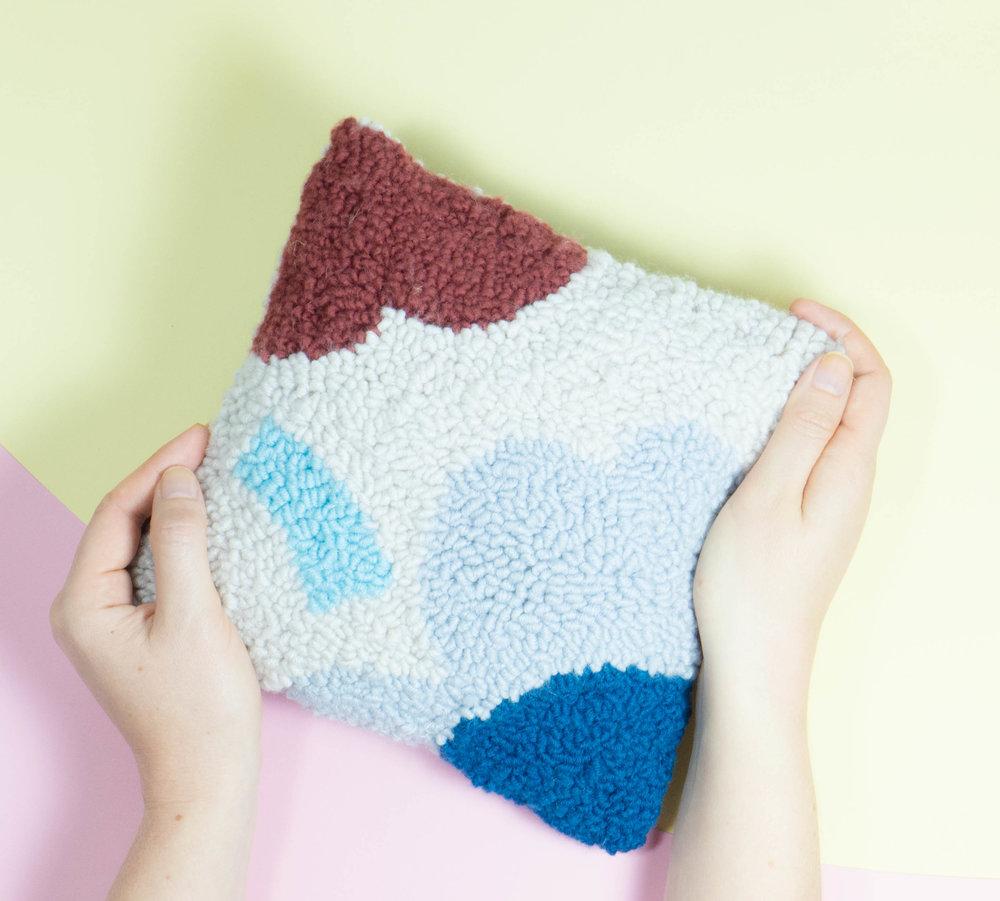 Ein Beispiel für Produkte, die mit der Oxford Punch Needle hergestellt werden können, sind Kissen. Der Kreativität sind keine Grenzen gesetzt.