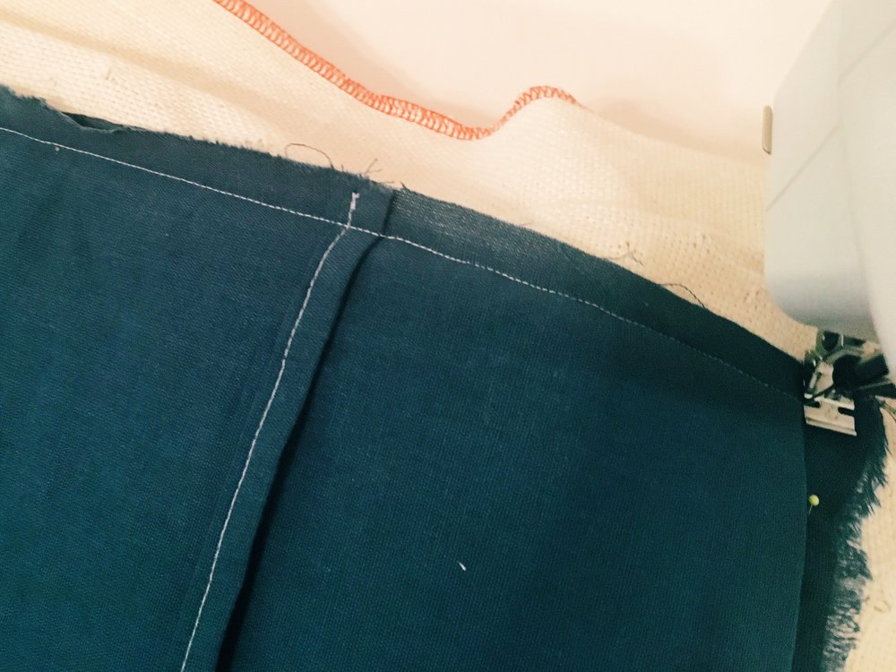 Sew with a short straight stitch with a 1 cm seam around the entire perimeter.