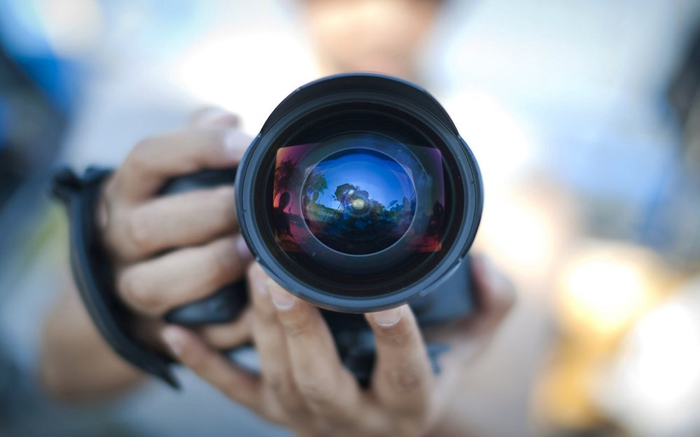cameraman-reflection-with-camera-wide-32104164.jpg