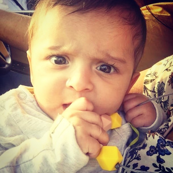 "💛 Happy Chews-Day!. . Thank you Rajul for sharing this lovely picture of Aarav chomping on our award-wining ""Seasons"" teething necklace! @rajul06 . . Available in the colors of the four seasons : 🌊 summer, 🌱 spring, 🍁 autumn and 🌺 winter! What's your favorite season?. . . . #droolychews #teethingnecklace #awardwinning #mfma18 #teethinginstyle #teethingsucks #teethingbaby #collardelactancia #collanaallattamento #breastfeedingmom #nursingnecklace #beisskette #bijtring #cadeaunaissance #kraamkado #zahnen #dentizione #mordedor #chupetero #massaggiagengive #mumbaimoms #momblogger #indiamomblogger #bloggermom #delhimoms #bangaloremoms #teethingsimplified #newmom #momlife #motherhoodunplugged"
