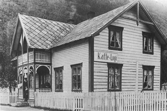 Dette bildet fra omkring 1912 viser de tre generasjonene som etter hvert dreiv kafé og overnatting på Pillarguri. Mari Havn (til høyre) som startet virksomheten og etterfølgerne Thora og Torstein Romundgård sammen med datteren Martha.