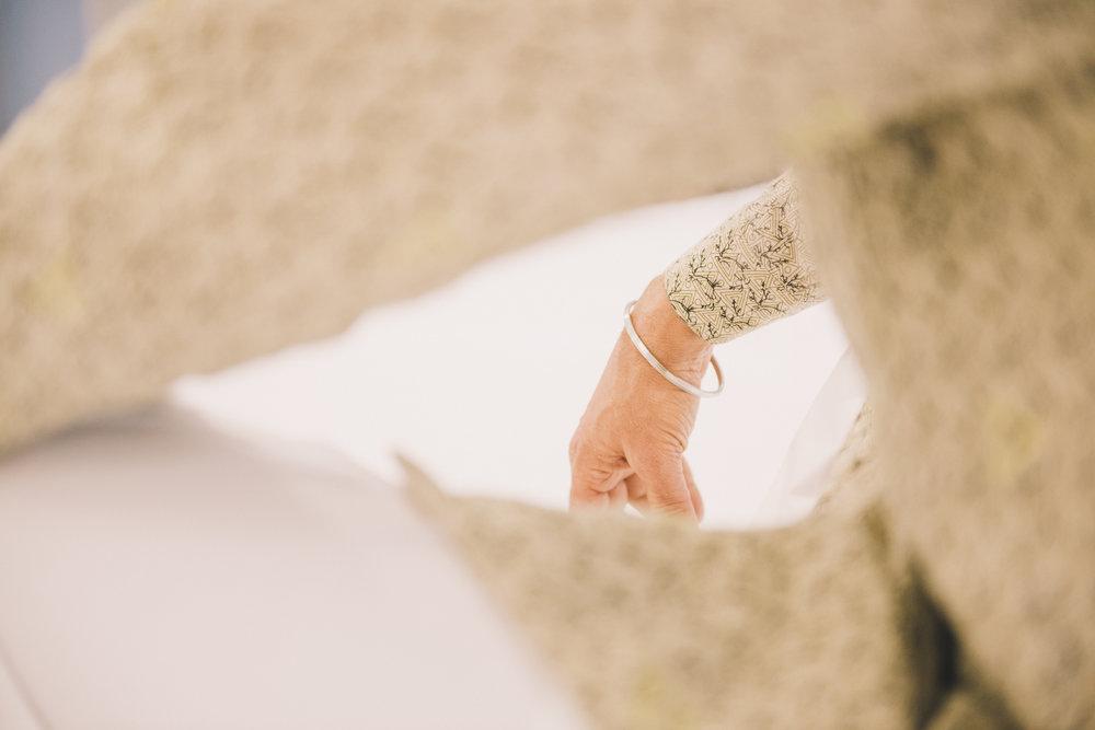Khara (stålarmbånd) på høyre hånda til den avbildede sikhen.