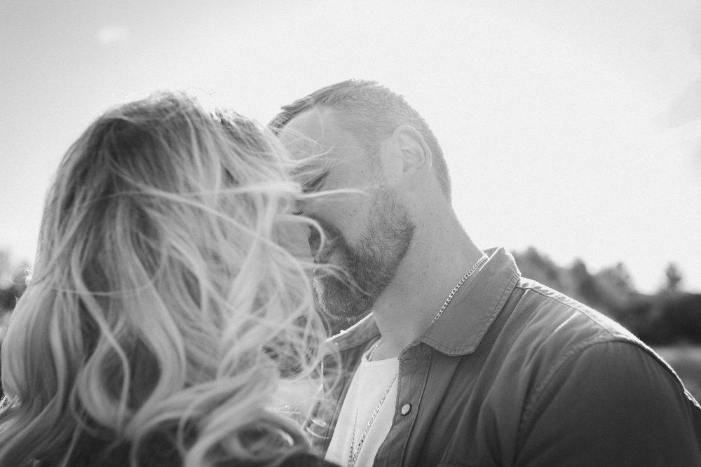 wedding photographer mallorca dominic lula couple kissing couple photoshoot engagement session