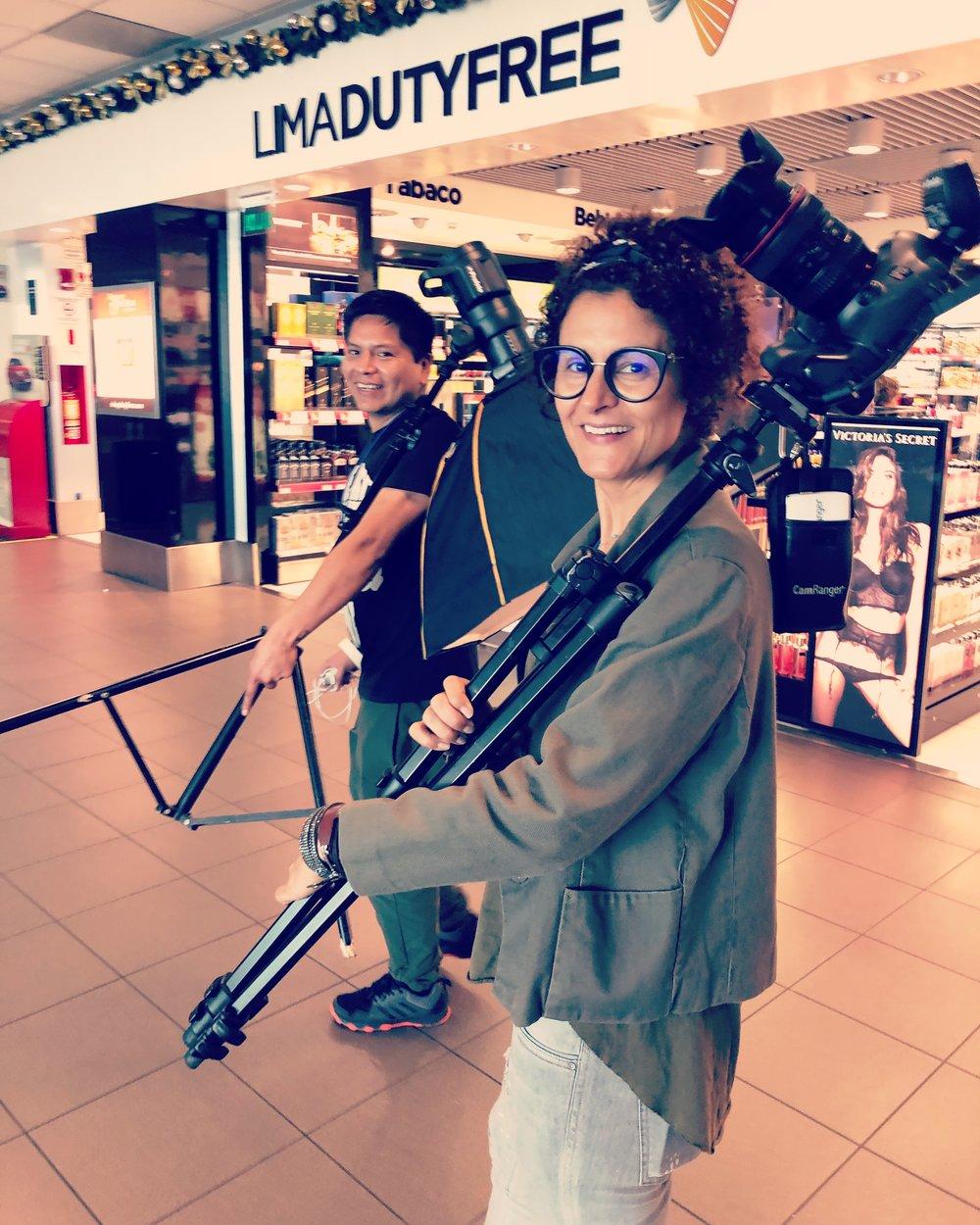 El martes 13 de Noviembre fue nuestro primer día de sesión en el aeropuerto internacional Jorge Chávez de Lima, Perú. Estuvimos fotografiando todos los locales comerciales. En esta foto aparecen nuestra fotógrafa  Cinda Miranda , y nuestro primer asistente Daniel Temple.
