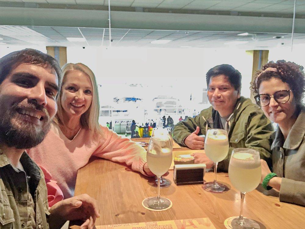 Nuestro tercer día de sesión en el aeropuerto internacional Jorge Chávez tuvo un final feliz. En esta foto aparecen Inés Dulanto, directora de la agencia de publicidad Octavo Arte,  Cinda Miranda  y  Miguel Jose Flores , fotógrafos de nuestra casa, y Daniel Temple, nuestro primer asistente de fotografía. Salud!
