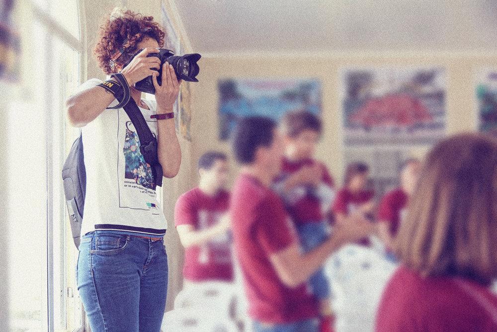 Estuvimos cubriendo un hermoso evento familiar en las afueras de Lima. Era el aniversario número 99 de la familia Burgos, y nos pidieron fotografiar esta importante reunión. En esta foto aparece nuestra fotógrafa  Cinda Miranda  en pleno shooting.