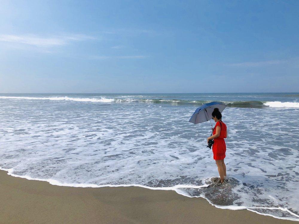 En esta imagen nuestra fotógrafa  Cinda Miranda  espera pacientemente que un carretero (cangrejo de arena) aparezca de entre las aguas. Estuvo así durante varios minutos, y al final tuvo su recompensa.