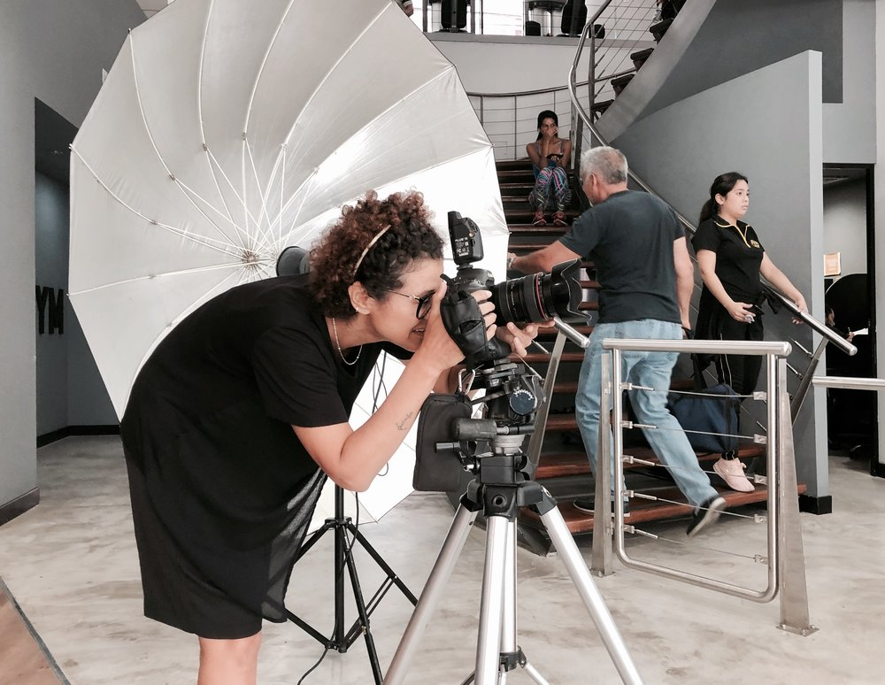 Nuestro segundo día de shooting se desarrolló dentro de un ambiente perfecto y mucho profesionalismo. En esta imagen aparece nuestra fotógrafa  Cinda Miranda  corrigiendo el encuadre de la siguiente toma.