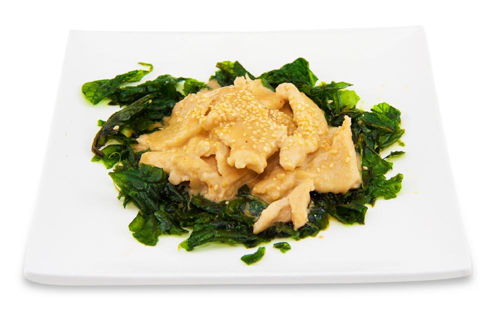 Poulet au beurre d'arachide avec épinards croustillants -
