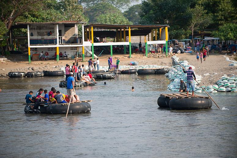 """Ceñal Murga, Pedro. 2016. """"Cruce del Río Suchiate - Frontera México-Guatemala, Tecún Umán, Guatemala"""". Fotografía. Ciudad de México. Archivo Personal de Pedro Ceñal."""
