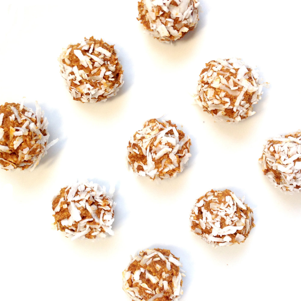 Protein Pumpkin Balls with fiber. Perfect healthy snack for Halloween and fall. Treat yourself to this delicious fitness snack.