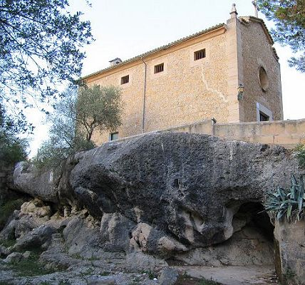 The chapel above the place of apparition. photo:  mallorca-alles-inklusive.de