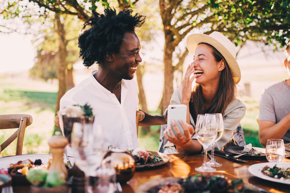 couple-fun-lunch-picnic-wine-together-happy-youth-afro-smartphone_t20_XQAQOz.jpg