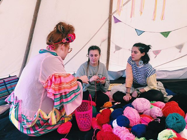 The fabulous @katiejonesknit teaching #bestival babes how to make a colourful pompom crown 👑👑👑 #ambientforest #workshop #pompom #yarn #colour #handmade #knit #crochet