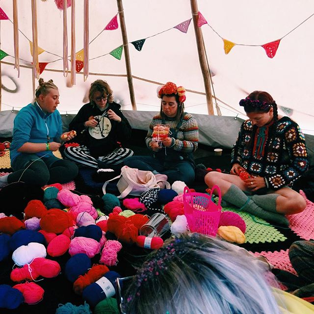 Pompom lovelies 💖#bestival #ambientforest #workshops #yarn #colour #handmade #pompoms #knit #crochet @katiejonesknit @lostinknit @emmaguesttextiles