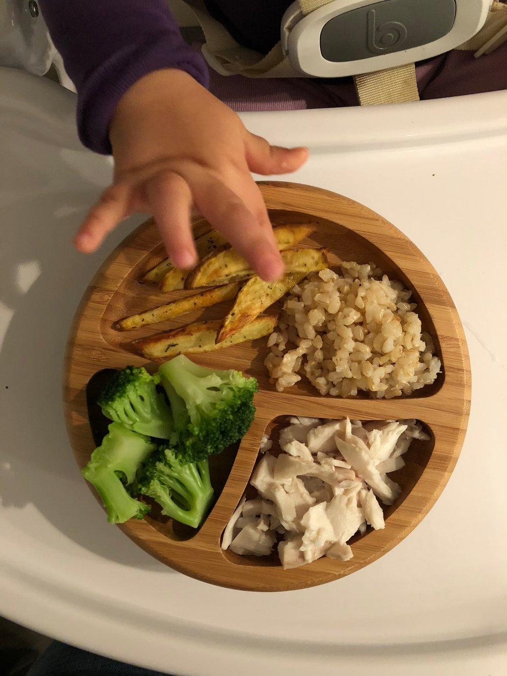 Brócoli al vapor, pescado mahi mahi, un poquito de arroz integral y papitas al horno.
