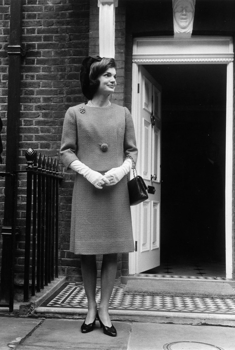 vogue :     Happy birthday, Jackie Kennedy Onassis who was born on this day in 1929.        5 things you didn't know about the icon.        Lisa's fave!