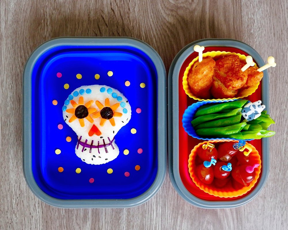 Calavera bento paired breaded chicken breats, steamed beans and red grapes.