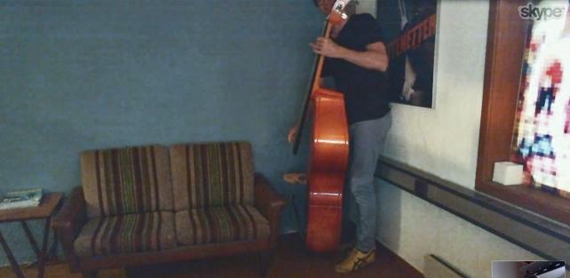 Klipper Erik Andersson (Chezville) spiller kontrabass under en samtale på Skype