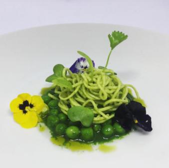 Spaghetti de farinha de ervilha, ervilhas frescas e seu consomê! Prato especial do @chaparro_cocina para o #SetembroVerde
