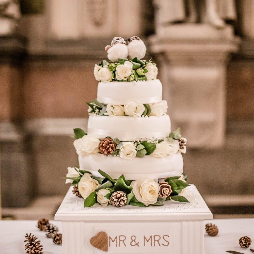 winter-white-wedding-cake-picture-id505521940.jpg