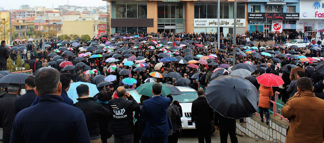 Teachers gathered close to directorate of education in Sulaimani. Photo by: Kasia Protz